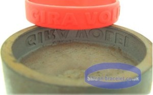 Dombornyomott feliratozott gumi karkötők